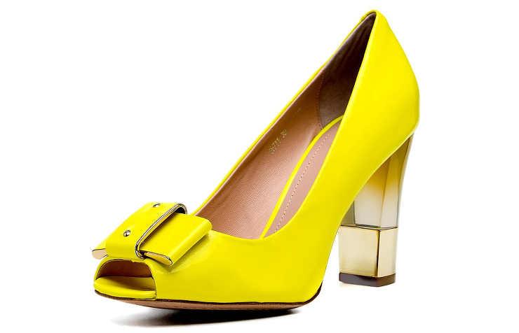 Желтые туфли на среднем каблуке