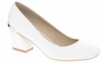 Белые туфли на низком каблуке