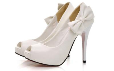 Белые женские туфли на высоком каблуке
