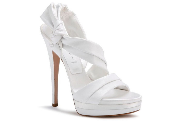 Открытые белые туфли на высоком каблуке