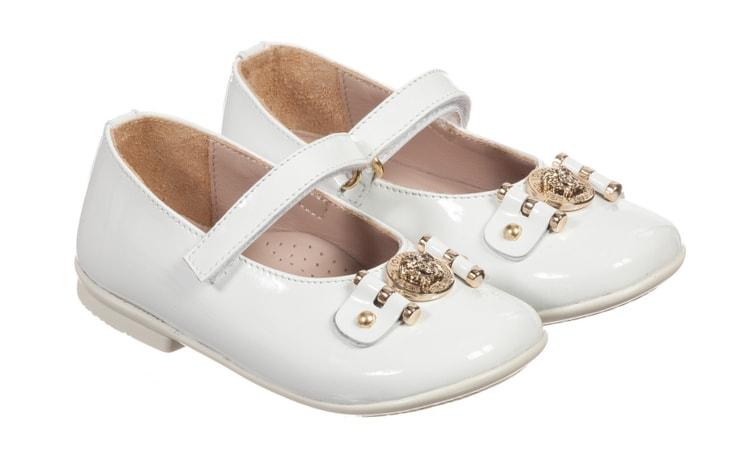 Белые лакированные туфли для девочек от Versace