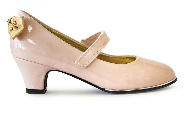 Бежевые лаковые туфли на каблуках