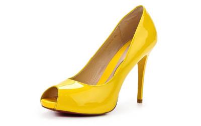 Желтые лаковые туфли на высоком каблуке