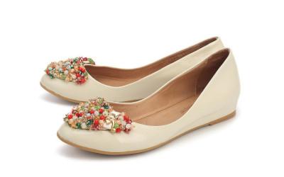 Бежевые туфли с бусинами