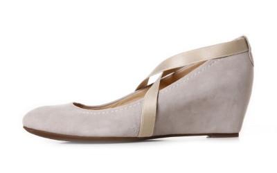 Бежевые замшевые туфли на танкетке